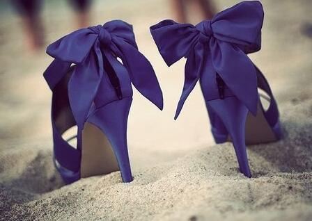 女性挑选高跟鞋